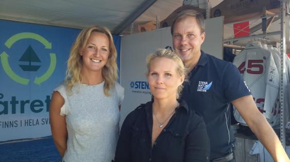 Josefin Arrhénborg (till vänster)och Maria Rindstam är de som ligger bakom att det nu finns ett återvinningssysytem för båtar i Sverige. Idag samarbetar de med Stena Recycling och Sweboat. Till höger Anders Sverkman från Stena Recycling.