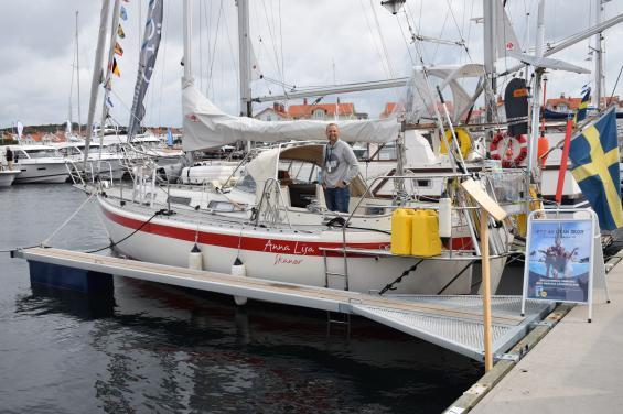 Alla båtmässor vinner på att jordenruntseglare finns på plats med sina båtar. Här är Allegro 30:an Anna-Lisa med skepparparet Thomas och Margareta Veber på plats. De sålde även sin bok \