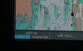 Om sjökortsbilden panorerats måste man trycka Quit, Hitta båt eller Avbryt panorering eller liknande för att båtens position åter ska synas aktivt på sjökortsbilden.