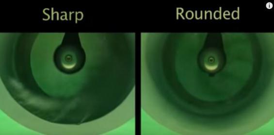 Båda bogpropellrarna roterar här i samma fart. Notera ångblåsorna till vänster i tunnelns nederkant. Där ligger en del av oljudet och att effekten blir sämre. Den högra bilden visar bogpropeller med runda kanter vid tunnelns inlopp.