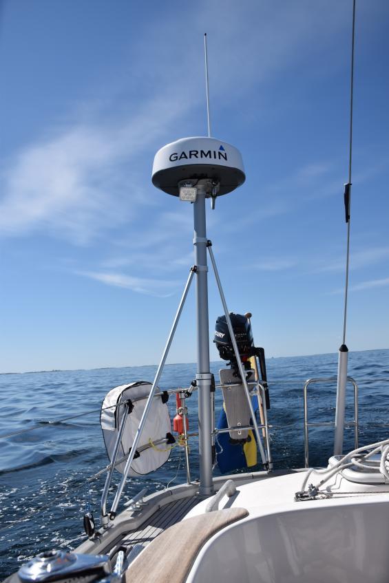 En sändande radar stör ut AIS-objekt på längre avstånd om antennerna sitter för nära varandra.
