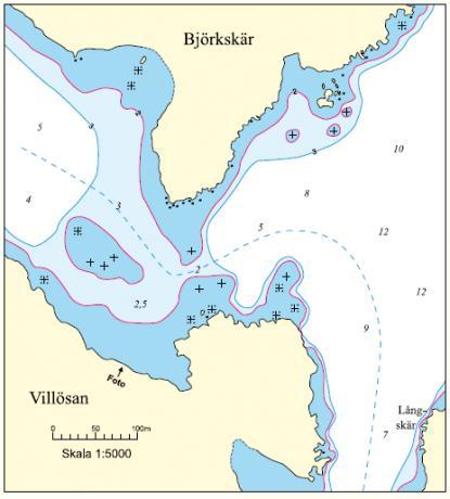 Boken innehåller en detaljrik sjökortsbild och ett flygfoto.