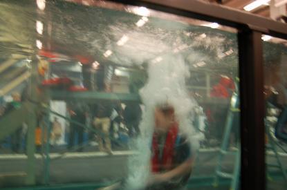 Så här ser det ut när en person faller i vattnet. Sekunden efter blåser den automatiska räddningsvästen upp sig och Ebba Fredriksenkommer snabbt upp till ytan.