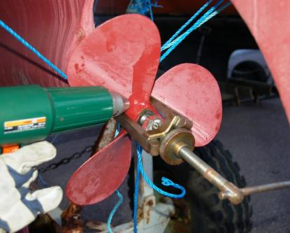 För att få loss propellern behövdes både avdragare och värmepistol. Efter 15 minuter sa det \