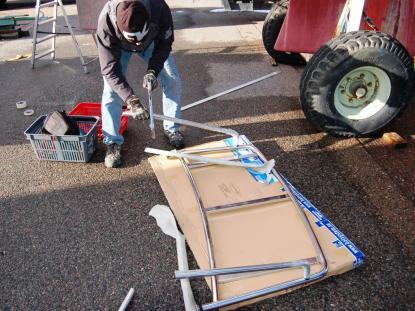Kartongen som badplattformen levererades med blev ett bra skydd mot asfalten vid kapningen. Har du tillgång till ett arbetsbord med skruvstycken, ta med det. Det är enklare att kapa rören då. Verktyget är en bågfil med nytt blad.