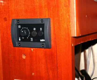 Manöverpanelens placering styrdes av förra ägarens borrade hål i båten. Till höger i bild är elcentralen med öppen lucka.