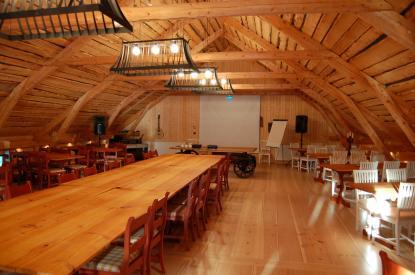 Konferenssalen på Silverskär rymmer närmare hundra personer. Den är inrymd i en nybyggd ladugård. Bottenvåningen har en del av gästrummen. Andra bäddar är spridda i bland annat den gamla mangårdsbyggnaden.