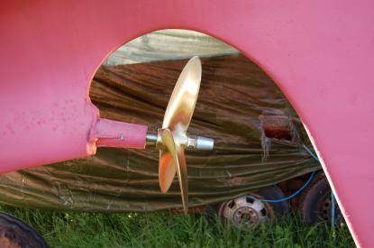 Gamla propellern var vänstergängad och nya är högergängad. Därför var det nödvändigt att byta propeller.
