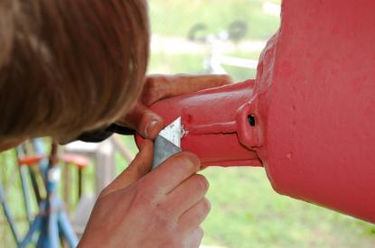 Det var relativt enkelt att loss det gamla cutlesslagret. Två skruvar, en på vardera sidan, håller det på plats.