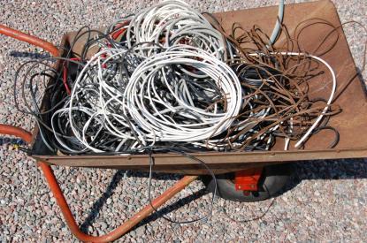 Kablarna från gamla navigations- och vindinstrument fyllde en skottskärra. Med ett NMEA 2000 nätverk ersätts de av en kabel plus anslutningskablar från givarna.