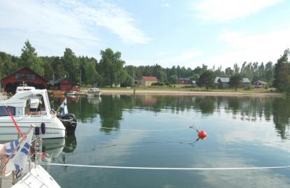 En fin badstrand ligger vid gästhamnen på Högsåra.