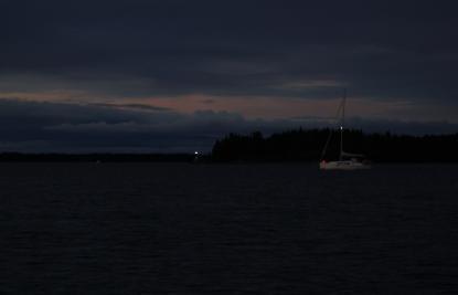 Vi styr mot fyren. En segelbåt för motor skär vår kurs och vi är väjningsskyldiga.