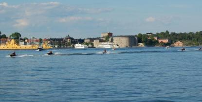 Det är inte vattenskotern det är fel på, det är tyvärr så att många förare använder vattenskotern som leksak och alltsom oftast bryter mot Sjövägsregler och gott sjömanskap anser redaktionen på DagensBåtliv.se.
