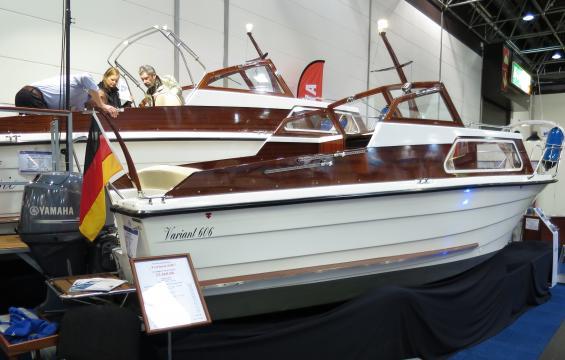 För drygt 400 000 kronor blir man ägare till denna lilla trevliga motorbåt. Priset är inklusive utombordsmotorn. I bakgrunden syns den större modellen Variant 707 Classic.