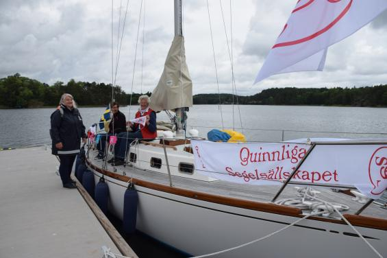 QSS, Qvinnliga Segel Sällskapet är på plats och pushar kvinnor för att ta steget och lära sig att segla. Närmast kameran sitter Eva Lindman på sin vackert renoverade Swan 36:a.