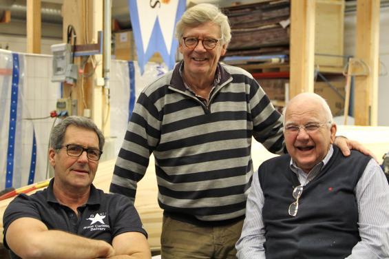 Trion bakom projektet med bygget av en ny 5.5:a till VM i år. Från vänster: VD Leif Carlsson, KonstruktörHåkan Södergren och nestorn Sune Carlsson.