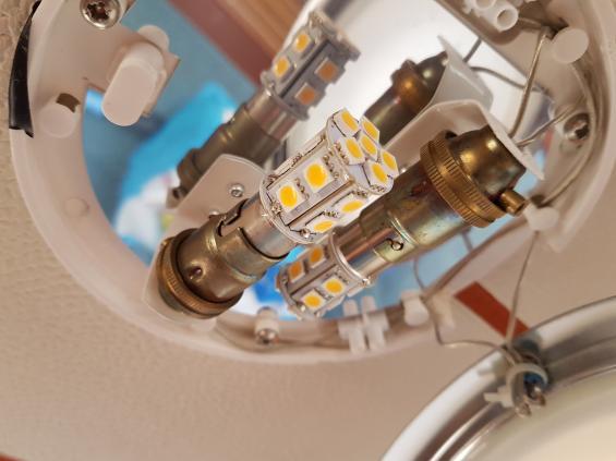 Dessa LED-lampor isalongens takbelysningstör VHF-apparaten och gör den oanvändbar. De stör även bort AIS-objekt trots att de bara är cirka 3 sjömil från båten.