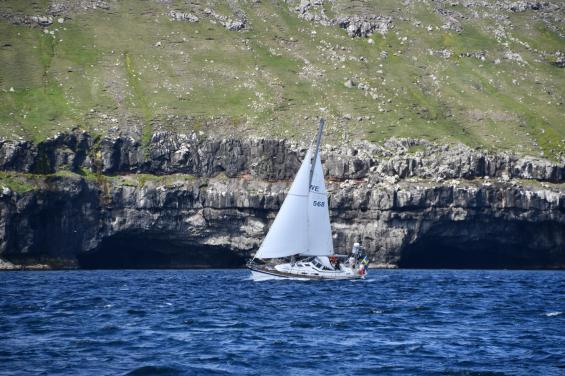 För revade segel vid Färöarna. Vår båt är en Hallberg Rassy 36 Mk II.