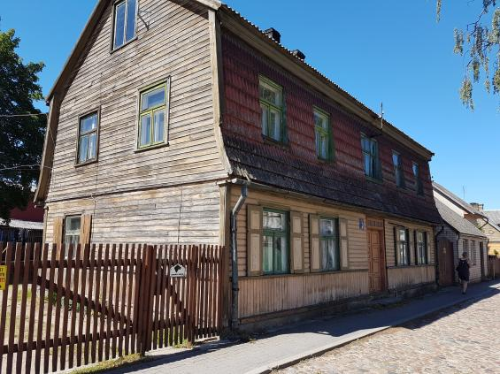 Många av husen i villakvarteren är omsorgsfullt renoverade. Med förbättrad ekonomi renoveras de vackra husen allt eftersom. Detta står på tur.