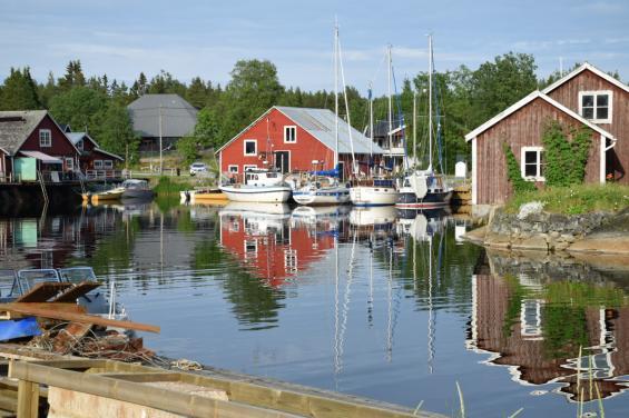 Skeppsmalens hamn. Längst in ligger gästhamen. Duschar och toaletter delas med en camping ett stekast bort.
