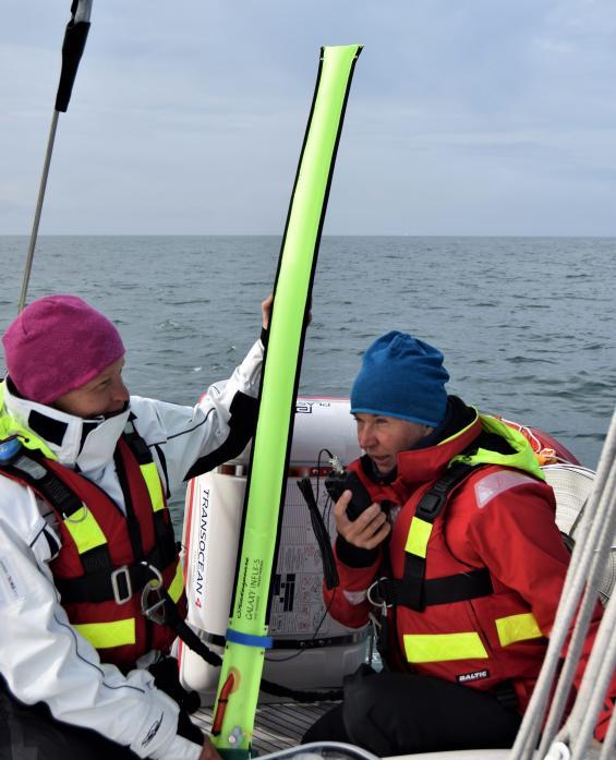 Uppblåst nödantenn för handhållna och fasta VHF-stationer. <span>Platsen är mellan Fair Isle och Foula på Nordsjön. </span>Helena Nilsson talar med andra båten som är drygt 10 sjömil bort. Tiia Lepp assisterar.