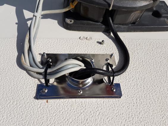 Kablarna kläms fast med bundband vid ingången till kåpan.