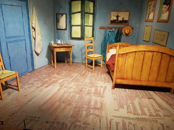 <span>Vincent Van Goghs tavla rummet är en av hans mest kända. Detta är inte tavlan, det är själva rummet. Eller i vart fall en kopia av rummet, fast i 3D.</span>