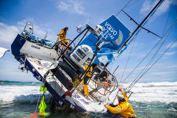 Danska båten Team Vestas Vind seglade på ett korallrev i Volvo Ocean Race. Anledningen var brister i digitala sjökort och i navigatorn, säger en expertpanel.