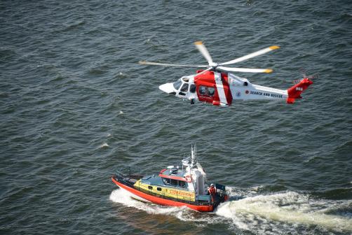 <h4>Sjöfarstverkets sjö- och flygrädddningshelikopter i samarbete med Sjöräddningssällskapet.</h4>