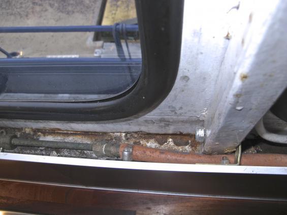 Notera att glasrutan inte matchar glasöppningen. Bakom pentryt, ett ärgat gasolrör plus 15 år gammal gasolslang.