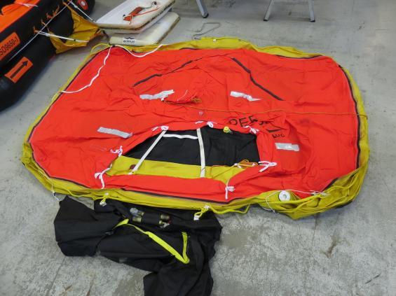 Livflotte som packats upp ur sitt skal. Vid service pumpas den upp med luftkompressor.