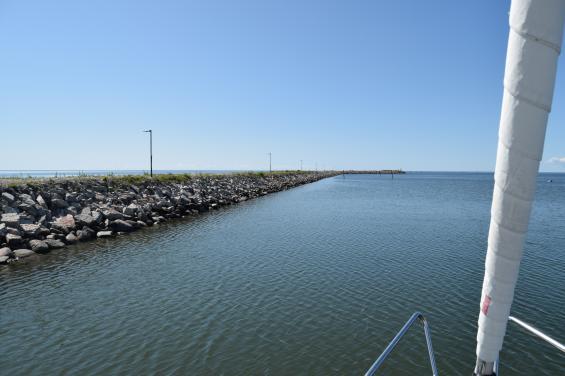 Av muddermassorna blev det en lång skyddande pir mot havet. Här är vi på väg ut ur hamnen.