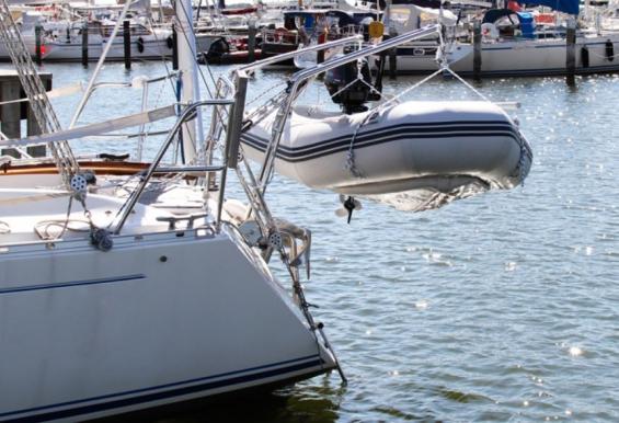 Med Båtsystems dävertar går det att dra jollen närmare akterspegeln tack vare de ledande fästena. När jollen sjösätts fälls den utanför badbryggan.