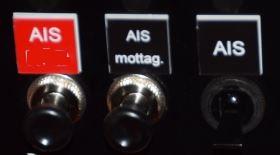 Båten Svea har tre strömbrytare för AIS. Till höger är on/off för AIS. I mitten kan man stänga av sändarfunktionen och bara se andra båtar. Längst till vänster är SRM knappen för att sända ett fartygsmeddelande i form av ett PAN-PAN.