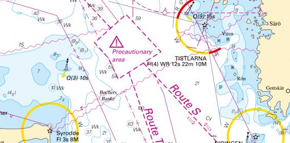 Området med triangeln varar för att flera fartyg ofta rör sig oi området och att korsande trafik förekommer. Alla måste ha extra uppmärksamhet. Väjningsreglerna gäller som vanligt.