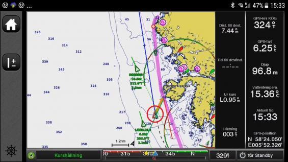 Den violetta linjen är den föreslagna färdväg som funktionen Autorutt gör. Havet till vänster är Nordsjön och om det är pålandsvind ligger linjen på tok för nära land. Röd ring visar vår position och akter om oss syns vårt färdspår. Blå linje framför båten visar vår kommande färd över grund.<br />De gröna trianglarna är fartyg som visas via AIS.