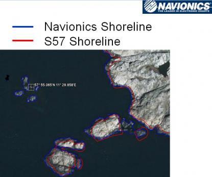 Röda linjer är, enligt sjökortstillverkaren Navionics, kartografiska linjer från Sjöfartsverkets S57 sjökort. Blå linjer visar Navionics kartografi. Enligt Navionics finns inte stenarna med i sjöfartsverkets sjökort (de uppe till vänster), men där har Navionics fel. Stenarna finns med, se sjökortsbilden nedan. Bilden är från pressvisningen hos Navionics i Viareggio, Italien.<br />Positionen är N57*55,065´ E 011*29,858´.