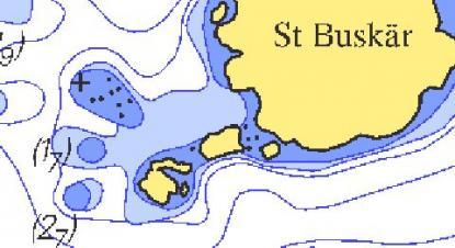 Bilden visar samma område som satellitbilden ovan. Notera att grunden uppe till vänsterfinns med. Sjökortsbilden är från Sjöfartsverkets kort utgåva 2010.