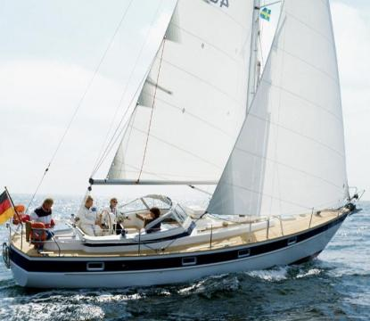 Vi gillar sjövärdiga båtar som går mjukt i sjön. Vi gillar tyngden och styrkan hos Orustbåtarna. Därför valde vi bland dem.Här seglar en Hallberg Rassy 352. Bilden är från HRs bildarkiv.