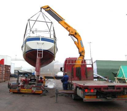 Enligt specifikation väger en Hallberg Rassy 352 6,7 ton. Rolf Söderberg, Söderbergs åkeri, har här 8,2 ton i kranen. Vattentanken var tom och dieselmängden uppskattas till ungefär 50 liter. Båten väger säkert mera än 6,7 ton tom, men några hundra kilo har vi tömt henne på.
