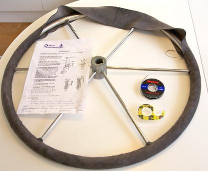 Ett enkelt och trevligt vinterpyssel är att klä om ratten. Ett komplett kit är skinn, instruktion, tråd, nål och dubbelhäftande tape.