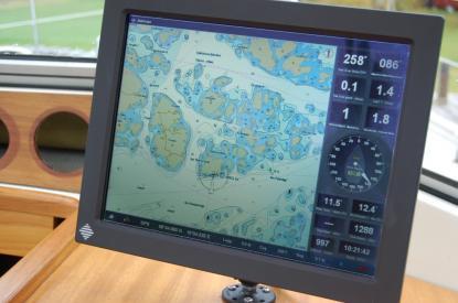 I bildskärmens högra spalt ser vi fart och kurs över grund, fart och kursgenom vattnet, vindriktning, vindstyrka, djup, temeperatur på vattnet och i luften med mera. Med Seacross väljer man själv vilken navigationsinformation som man vill se i mallen.