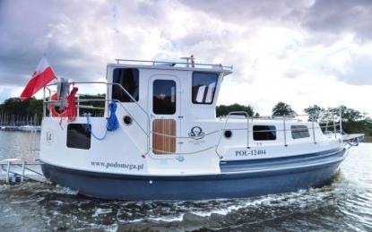 Omega Buster 800M tillhör de båtar som gör Düsseldorfmässan spännande. Hon är inte vacker, men charmig. Förmodligen en väldigt trevlig båt att äga för den som färdas på inlandsfarvatten.