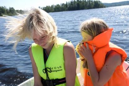 Flickan till vänster bär en seglarväst på 50 N. Till höger en räddningsväst på 100 N