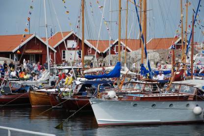 Fullt av besökare på hela festivalområdet och inte en båtplats ledig.