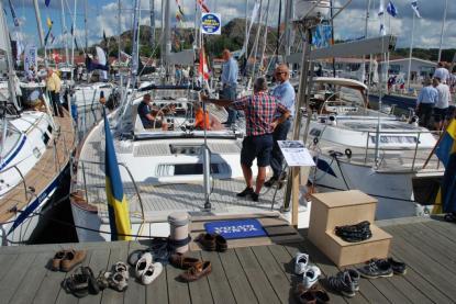 Hallberg-Rassy 55 är nominerad i Storbåt-/lyxklassen i Sverige och är dessutom nominerad till European Yacht of the Year. Tomma skor avslöjade tydligt att intresset var stort.