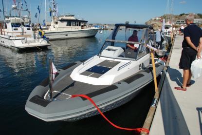Agapi 750 har en för RIB-båtar annorlunda design – fördäcket består av en låg ruff.