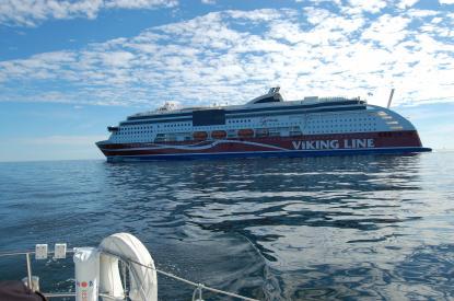 Viking Grace passerar på behörigt avstånd...