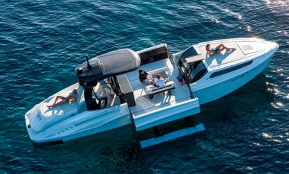 Skrovsidor som fälls ut gör båten bredare och stabilare. Sittbrunnen blir en terass.