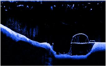 Någonstans har amerikanska soldater byggt en undervattensbro. Bra att ha om ordinarie bro skulle bli sprängd. Om bron passeras i låg fart framträder en stor bild av bron. Ju fortare båten kör, desto mindre blir objektet. Här ser vi till vänster att undervattensbron är sprängd eller har den kanske rostat sönder?